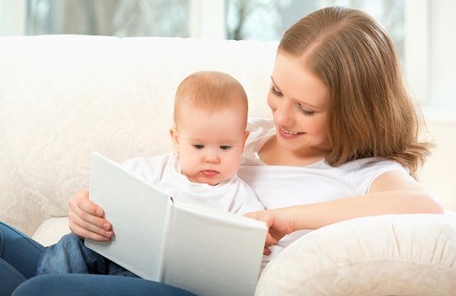 Ler para o bebê estimula raciocínio e futuro saudável