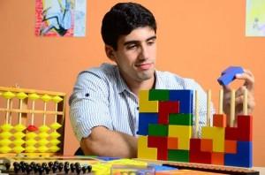 Jovem aluno do SUPERA Três Lagoas exercita o cérebro com parede colorida