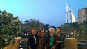 Célia Regina (a 1ª, da esquerda para a direita) em Dubai com amigas