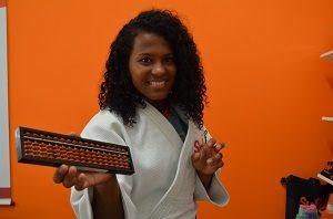 A judoca Jéssica Santos, uma das atletas patrocinadas SUPERA, exercita o corpo, mas não deixa de exercitar também o cérebro