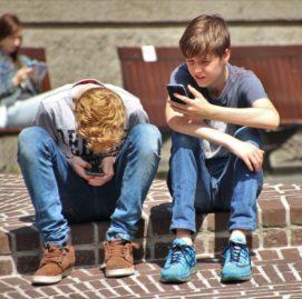 criança sofre de tdah - atenção ao celular