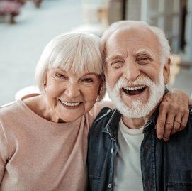 Casal de idosos abraçados e sorrindo