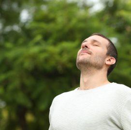 Homem respirando em um parque