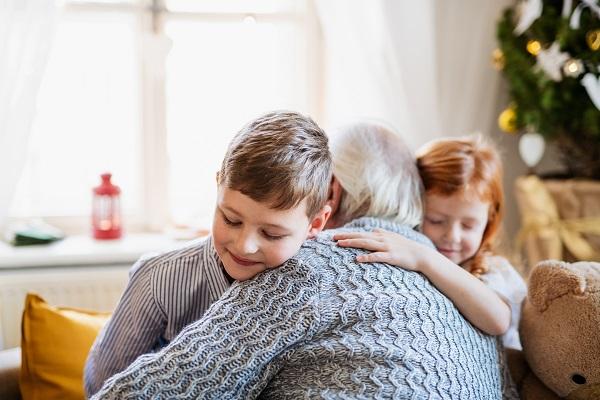 Ele faz muita falta! No Dia do abraço, seis benefícios do gesto para o seu cérebro - SUPERA - Ginástica para o Cérebro