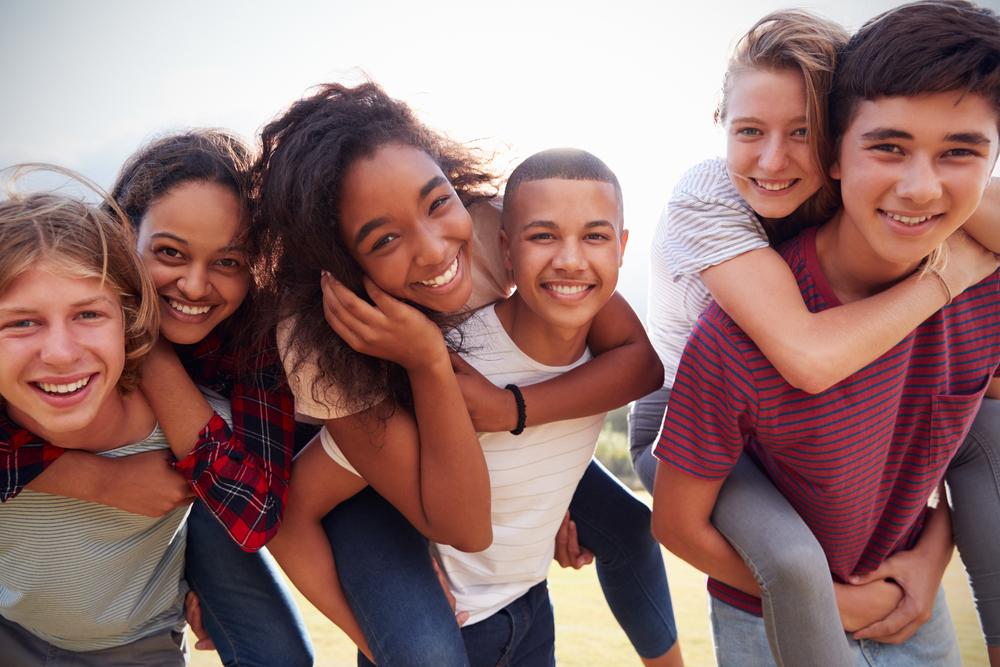 A estimulação cognitiva durante a adolescência também é muito importante. Na imagem, 6 adolescentes se divertem.
