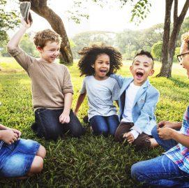 A imagem ilustra crianças se divertindo juntas em um paque.