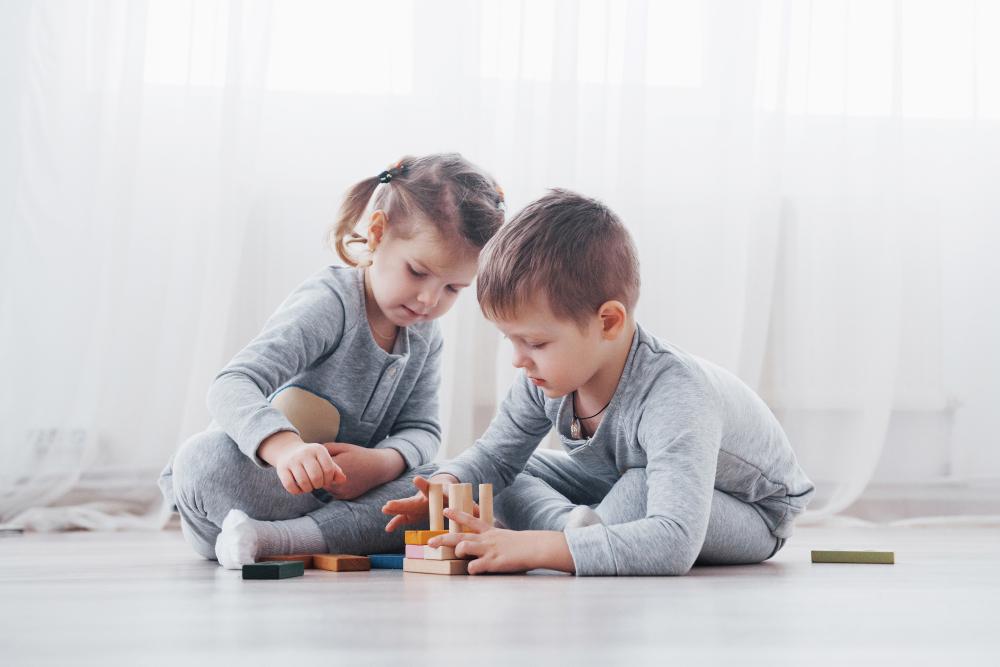 Crianças com boa performance brincando.