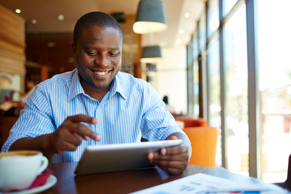 Homem adulto usando um tablet para retratar a importância da performance para as diferentes tarefas.